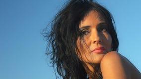 Il ritratto di giovane donna castana brillante esamina l'ambiente archivi video