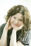 Il ritratto di giovane donna sorridente prop in su il suo mento fotografie stock libere da diritti