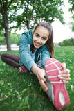 Il ritratto di giovane e donna sportiva in abiti sportivi che fanno l'yoga o che allungano si esercita Fotografia Stock Libera da Diritti