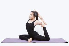 Il ritratto di giovane esercizio asiatico della donna che gioca l'yoga ha isolato il whi fotografia stock