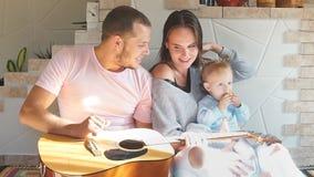 Il ritratto di giovane famiglia felice, passa un tempo di divertimento archivi video