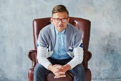 Il ritratto di giovane uomo intelligente fissa nella macchina fotografica, buona Fotografia Stock