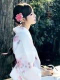 Il ritratto di luce del giorno della femmina asiatica dei capelli scuri si è vestito nella tradizione fotografia stock libera da diritti
