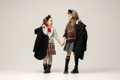 Il ritratto di modo di giovani belle ragazze teenager allo studio Immagini Stock Libere da Diritti
