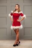 Il ritratto di Natale di bella ragazza sexy che indossa il Babbo Natale copre fotografia stock libera da diritti