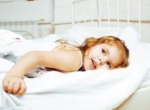 Il ritratto di piccola ragazza sveglia a letto a casa si chiude su, concetto sorridente felice della gente di stile di vita Immagine Stock Libera da Diritti