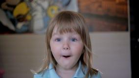 Il ritratto di piccola ragazza sveglia sorride, imbrogliando intorno archivi video
