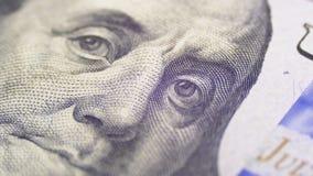 Il ritratto di presidente Benjamin Franklin su cento banconote in dollari gira stock footage