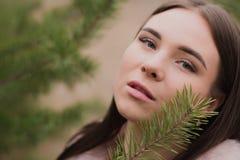 Il ritratto di ragazza molto bella in una foresta si è vestito in pelliccia Fotografia Stock Libera da Diritti