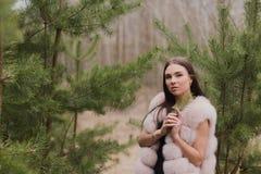 Il ritratto di ragazza molto bella in una foresta si è vestito in pelliccia Fotografie Stock Libere da Diritti