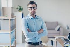 Il ritratto di riuscito capo astuto serio rigoroso si è vestito in blu fotografia stock libera da diritti