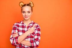 Il ritratto di signora graziosa adorabile attraente ha annunci di promo di promozione raccomanda lo sconto di vendite per portare immagini stock libere da diritti