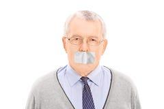 Il ritratto di un anziano con una condotta ha legato la bocca con un nastro Fotografia Stock Libera da Diritti