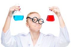 Il ritratto di un assistente di laboratorio pazzo con due ha colorato il bul della sostanza Fotografie Stock Libere da Diritti