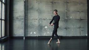 Il ritratto di un ballerino di balletto maschio, che balla con garbo e con garbo Movimento lento stock footage