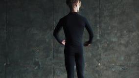 Il ritratto di un ballerino di balletto maschio, che balla con garbo e con garbo Movimento lento video d archivio