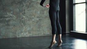 Il ritratto di un ballerino di balletto maschio, che balla con garbo e con garbo Movimento lento archivi video
