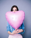 Il ritratto di un cuore della tenuta della donna ha modellato il pallone Fotografie Stock