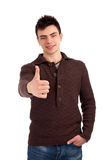 Il giovane che mostra i pollici aumenta il segno Immagine Stock Libera da Diritti