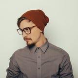 Il ritratto di un giovane interessante nell'inverno copre Fotografia Stock