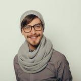Il ritratto di un giovane interessante nell'inverno copre Fotografia Stock Libera da Diritti