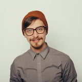Il ritratto di un giovane interessante nell'inverno copre Immagine Stock Libera da Diritti