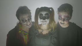 Il ritratto di un gruppo di risata di tre zombie pazza su una pianificazione nebbiosa di sera da andare spaventa la gente il gior archivi video