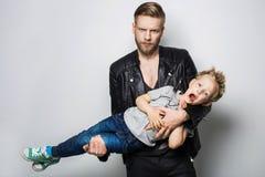Il ritratto di un ragazzino e del suo padre Giorno di padri Fotografia Stock