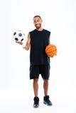 Il ritratto di un sorridere mette in mostra l'uomo che esamina il pallone da calcio fotografia stock