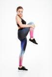 Il ritratto di un sorridere mette in mostra la donna che allunga la gamba Fotografia Stock