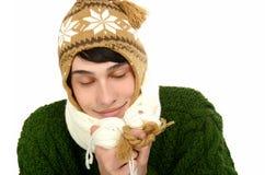 Il ritratto di un uomo bello si è vestito per un inverno freddo con il sogno chiuso degli occhi dei giorni di estate caldi. Immagine Stock