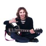 Il ritratto di un uomo con la chitarra gode della musica Immagine Stock
