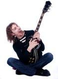 Il ritratto di un uomo con la chitarra gode della musica Fotografie Stock