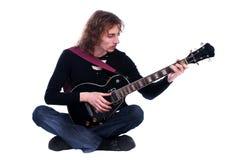 Il ritratto di un uomo con la chitarra gode della musica Immagini Stock
