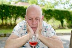 Il ritratto di un uomo ha voluto un bicchiere di vino Immagini Stock