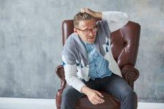 Il ritratto di un uomo intelligente alla moda con i vetri fissa nella macchina fotografica Fotografie Stock