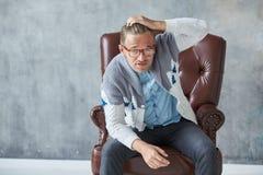 Il ritratto di un uomo intelligente alla moda con i vetri fissa nella macchina fotografica Fotografia Stock Libera da Diritti
