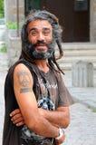 Il ritratto di un uomo sorridente con teme Immagini Stock Libere da Diritti