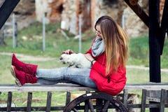 Il ritratto di una donna ha vestito nel rosso con un gatto in lei le armi Fotografia Stock Libera da Diritti