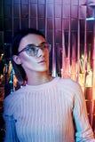 Il ritratto di una donna in neon ha colorato i vetri della riflessione nei precedenti Buona visione, trucco perfetto sul fronte d immagine stock