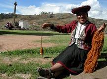 Il ritratto di una donna si è vestito in abbigliamento tradizionale fotografia stock