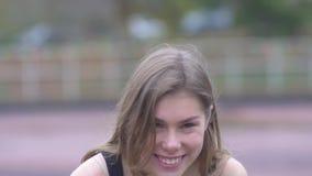 Il ritratto di una ragazza affascinante che ride della ragazza di aria aperta della macchina fotografica con i bei occhi e le lab archivi video