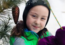 Il ritratto di una ragazza sorridente nell'inverno copre Orario invernale Immagini Stock