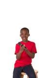 Il ritratto di una scuola ha invecchiato il ragazzo con un telefono cellulare Immagini Stock Libere da Diritti