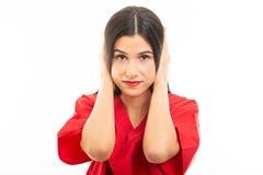 Il ritratto di uso dell'infermiere sfrega la copertura delle orecchie come il concetto sordo immagini stock