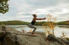 Il ritratto di yoga di pratica della bella giovane donna, edifici occupati si esercita Fotografie Stock Libere da Diritti