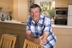 Il ritratto dolce dell'uomo maturo senior di medio evo intorno 70 anni che posano la macchina fotografica di sguardo sorridente f Fotografie Stock Libere da Diritti
