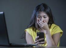 Il ritratto drammatico ha spaventato e sollecitato la ragazza o la giovane donna teenager coreana asiatica con la sofferenza del  Fotografia Stock Libera da Diritti
