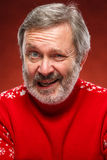 Il ritratto espressivo su fondo rosso di un uomo del pouter Fotografia Stock