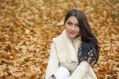 Il ritratto facciale di bella donna araba ha coperto calorosamente all'aperto fotografia stock libera da diritti